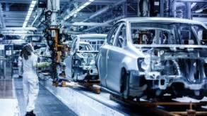 PwC: Producătorii auto, obligaţi să-şi diminueze costurile. Robotizarea uzinelor va crește rapid