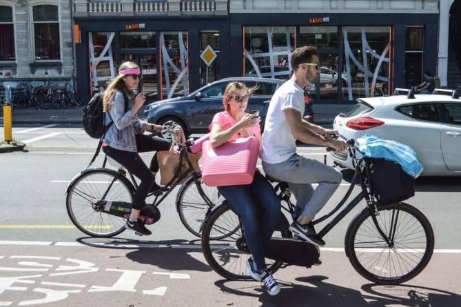 Parlamentarii ne vor pe biciclete. A fost adoptat proiectul privind facilitarea garării acestora în spaţii publice