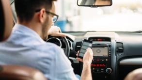 Sancțiuni mai dure pentru șoferii care vorbesc la telefon fără hands-free. Este penalizată utilizarea oricărui mijloc foto – video – text la volan