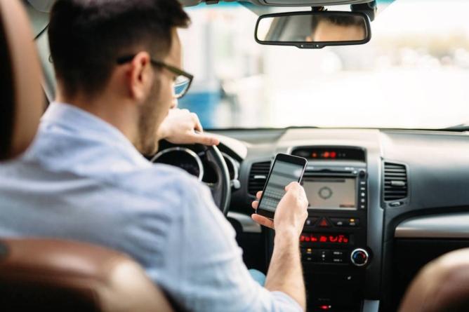 Singurul moment în care poți folosi telefonul la volan fără să riști o amendă