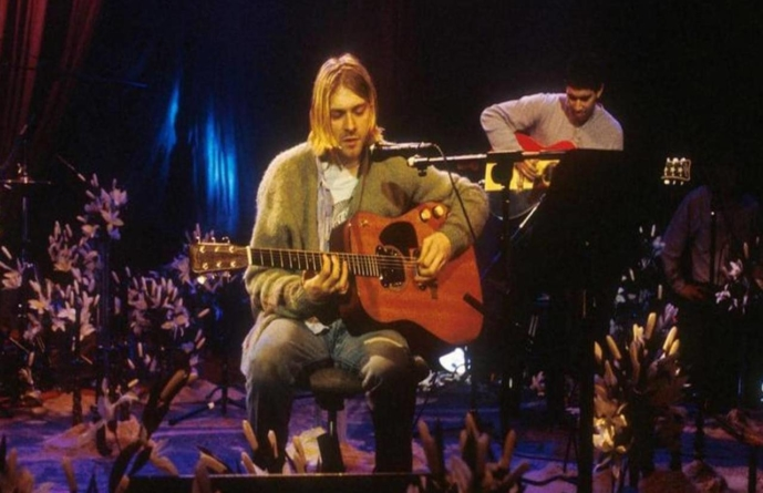 """Chitara folosită de Kurt Cobain la """"MTV Unplugged"""" vândută cu 6 mil. USD"""