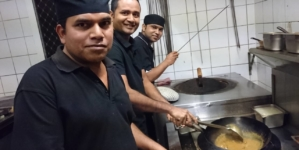 Filipinezii care făceau sărmăluțe în Delta Dunării vor găti cârnați afumați pe Valea Prahovei