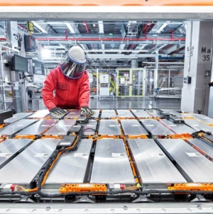 România, în avangarda industriei auto europene prin inaugurarea unei fabrici de baterii pentru mașini electrice