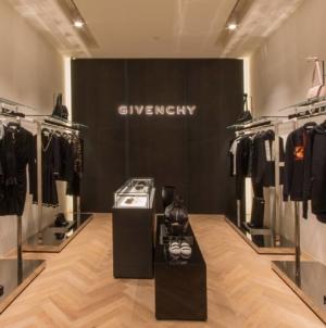 Givenchy are un nou director de design care a colaborat cu Kanye West şi Lady Gaga
