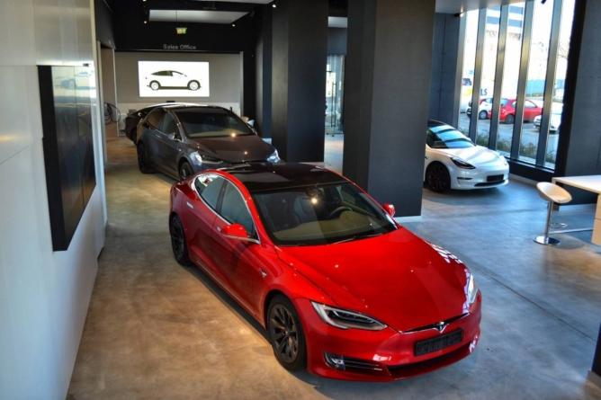 Un showroom independent Tesla se deschide la București