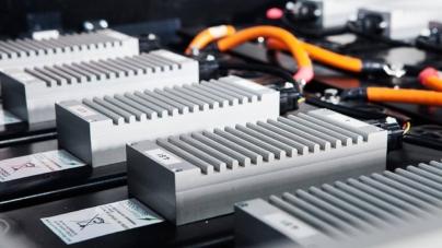 Electrificare cu accelerația la podea: Producătorii de mașini se luptă să își asigure necesarul de baterii